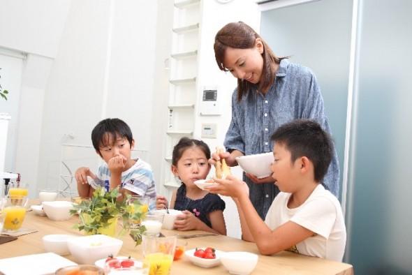 食卓で会話する家族