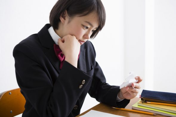 単語帳を持つ女子高生