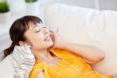 英語の音楽を聴く女性