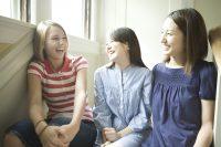 外国人の友達と話す日本人