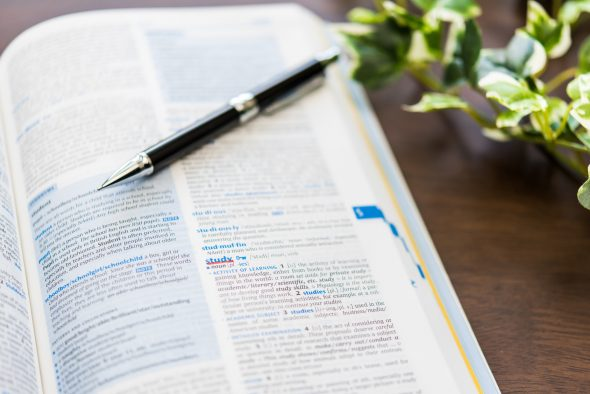 英語の辞書とペン