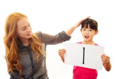 英語を学ぶ女の子と外国人の女性教師
